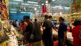 Overvolle bezoekers in Weinig Indische markt Singapore stock footage