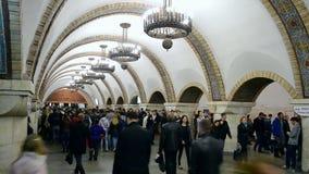 Overvolle de metropost van Golden Gatezoloti Vorota in Kiev, de Oekraïne, stock video