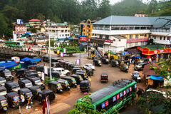 Overvolle die verbinding in het bergdorp Munnar in Kerala wordt gevestigd Royalty-vrije Stock Fotografie