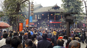Overvolle Mensen die een tempel wachten in te gaan Royalty-vrije Stock Afbeelding