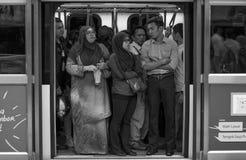 Overvolle metro om de deur te sluiten stock fotografie