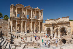 Overvolle ruïnes van de oude stad van Ephesus Royalty-vrije Stock Afbeeldingen