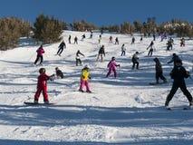 Overvolle skihelling op een perfecte zonnige dag royalty-vrije stock afbeelding