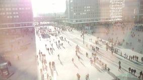 Overvolle stadsplaats de levensstijlachtergrond van de mensenstad stock video