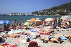 Overvolle stranden van Budva Stock Foto's