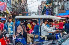Overvolle straten het kapitaal in van New Delhi, India ` s stock afbeeldingen