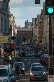 Overvolle straten van Parijs in Frankrijk stock afbeeldingen