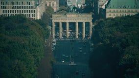 Overvolle toeristenplaats dichtbij beroemde Poort van Brandenburg, één van de het bezoeken oriëntatiepunten in Berlijn, Duitsland stock videobeelden