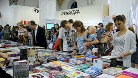 overvolle winkel, nieuwe boeken die, boek die, Kiev, de Oekraïne winkelen lezen, stock video