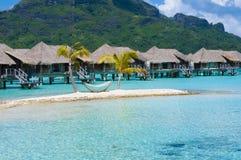 Overwater平房和吊床在海岛上在博拉博拉岛 免版税图库摄影