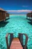 从overwater平房的台阶在热带海岛上的盐水湖的 免版税库存图片
