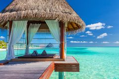 Overwater温泉在马尔代夫的热带蓝色盐水湖 库存图片