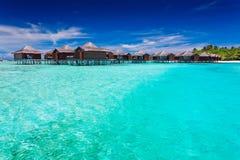 Overwater bungallows in blauwe lagune Stock Fotografie