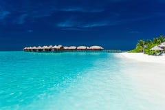 Overwater bungallows w błękitnej lagunie na tropikalnej wyspie Obraz Royalty Free