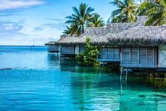 Overwater bungalow i Moorea till franska Polynesien arkivbilder