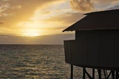 Overwater bungalow som ser solnedgång arkivfoton