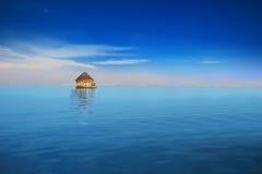Overwater bungalow w błękitnej tropikalnej lagunie Obraz Stock