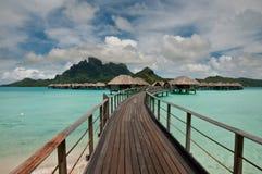 Overwater Bungalowe in erstaunlicher Lagune Lizenzfreies Stockfoto