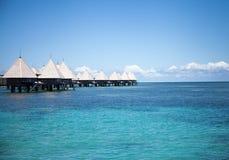 Overwaterbungalowwen bij de toevlucht van het paradijsstrand Royalty-vrije Stock Foto