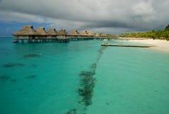 Overwaterbungalowwen in een bewolkte dag Bora Bora, Franse Polynesia Royalty-vrije Stock Foto's
