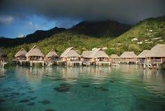 Overwaterbungalowwen. Moorea, Franse Polynesia stock foto