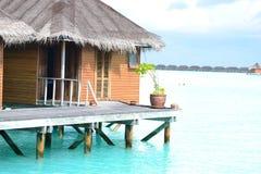 Overwatervilla bij Tropische toevlucht stock afbeeldingen