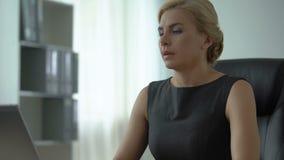 Overweary-Geschäftsfrau, die am Schreibtisch, unregelmäßige Arbeitsstunden, Druck sitzt stock video