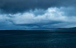 Overweegt het oog gestalte gegeven onweer bij schemer dichtbij, Schotland Royalty-vrije Stock Afbeeldingen