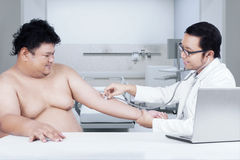 Overweight man check up to doctor 1 Royalty Free Stock Photography