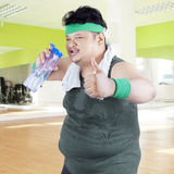 Overweight man drinking water 1 Royalty Free Stock Photography