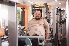 Overweight man training. In gym Royalty Free Stock Images