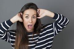Overweldigd jong meisje die verbazing uitdrukken Royalty-vrije Stock Foto
