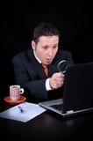 Overweldigde zakenman op de computer Stock Afbeeldingen
