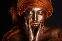 Overweldigend Afrikaanse die Amercian-Vrouw met Goud wordt geschilderd royalty-vrije stock afbeeldingen