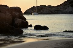 Overweldigend beeld van een zonsondergang bij het strand, in Cala Tarida in Ibiza stock afbeeldingen