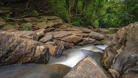 Overweldigend Cliff Creek Rock Waterfall stock afbeeldingen