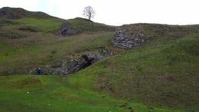 Overweldigend landschap bij Winnats-Pas in Piekdistricts Nationaal Park Engeland stock video