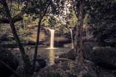 Overweldigend landschap van de Waterval van Haew Suwat, het Nationale Park van Khao Yai, de provincie van Nakhon Ratchasima, Thai Royalty-vrije Stock Afbeelding
