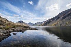 Overweldigend landschap van het Water en het Meerdistrictspieken van Wast op Samenvatting Royalty-vrije Stock Foto