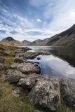 Overweldigend landschap van het Water en het Meerdistrictspieken van Wast op Samenvatting Stock Foto