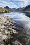 Overweldigend landschap van Wast-Water met bezinningen in kalm meer w Royalty-vrije Stock Afbeelding