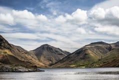 Overweldigend landschap van Wast-Water met bezinningen in kalm meer w Royalty-vrije Stock Fotografie