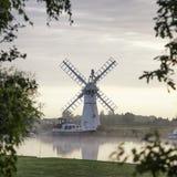 Overweldigend landschap van windmolen en rivier bij dageraad op de Zomermorni Stock Foto
