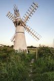 Overweldigend landschap van windmolen en rivier bij dageraad op de Zomermorni Stock Fotografie