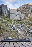 Overweldigend landschapsbeeld van St Govan ` s Kapel op Pemnrokeshire C Stock Fotografie