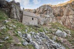 Overweldigend landschapsbeeld van St Govan ` s Kapel op Pemnrokeshire C Royalty-vrije Stock Afbeeldingen
