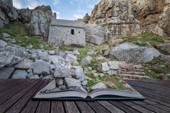 Overweldigend landschapsbeeld van St Govan ` s Kapel op Pemnrokeshire C Royalty-vrije Stock Foto