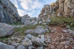 Overweldigend landschapsbeeld van St Govan ` s Kapel op Pemnrokeshire C Stock Foto