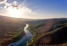 Overweldigend luchtdiehommel van de rivier van de Rh?ne bij zonsopgang wordt geschoten royalty-vrije stock fotografie