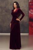 Overweldigend meisje in kersen rode kleding Royalty-vrije Stock Foto